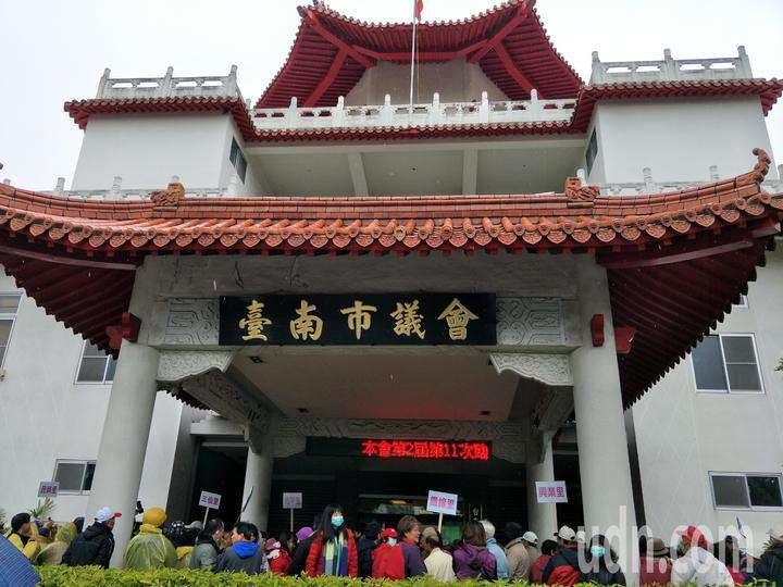 影/憂心臺南溪北更邊緣化 大批民眾在議會外抗爭 | 綜合 | 聯合影音