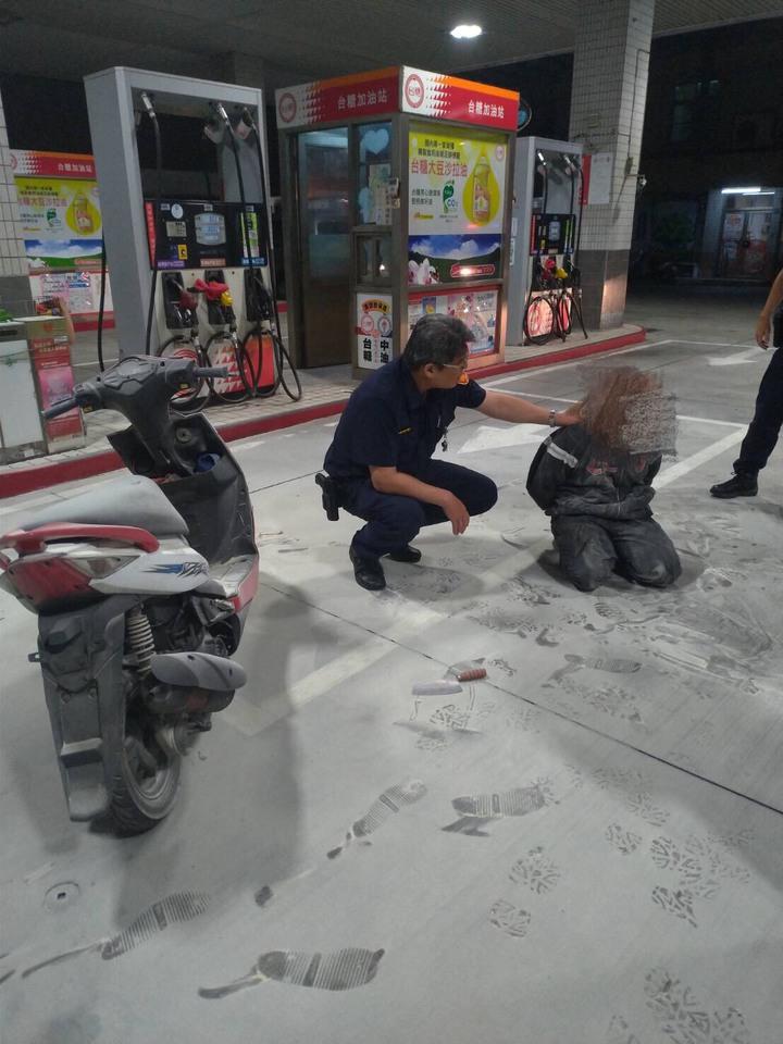 深夜持刀,鋁棒搶劫加油站 員工持滅火器對抗警逮兩人 | 時事 | 聯合影音