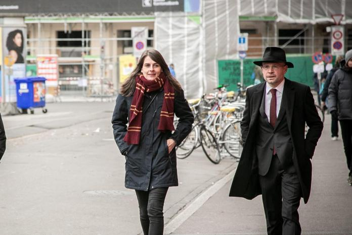 Winner and loser close together: Stephanie Eymann and the voted out Baschi Dürr on the way to Basel town hall.