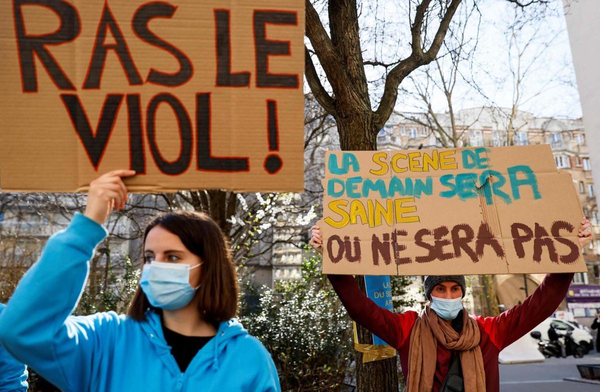 Protestaktion #DoublePeine: Wenn Frauen auf dem Polizeiposten ein zweites Mal gedemütigt werden