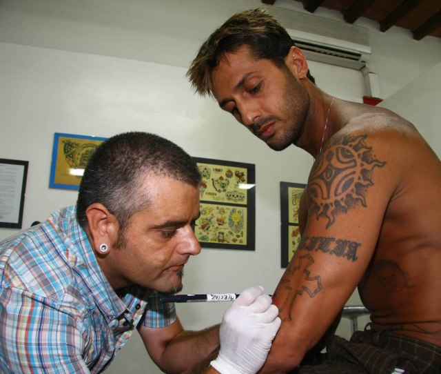 Tattoos And Ugly Tattoos That Seem To Be Done With A Pen In Jail Are More And More Fashionable You Know That In Italy The Real Italian Tattoo Reigns