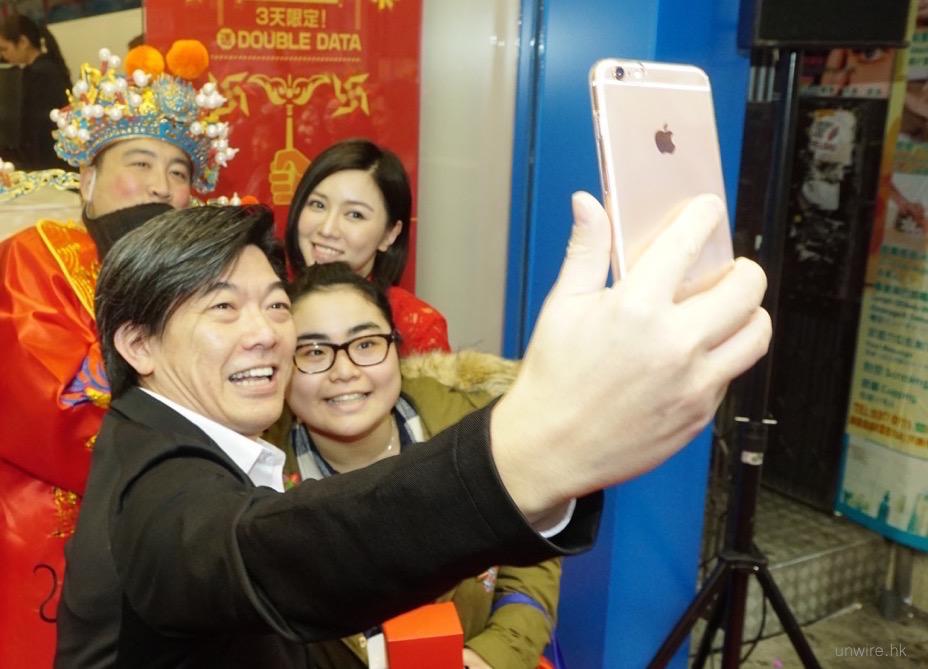 中國移動香港新店隆重開幕 排長龍超抵價搶手機 - 香港 unwire.hk
