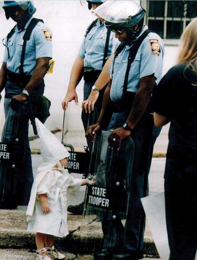 Un-niño-toca-su-reflejo-durante-una-marcha-del-Ku-Klux-Klan.-Georgia,-EEUU,-1992.