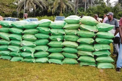 FG dole out 149 trucks of fertiliser to 11,345 flood victims in Kebbi