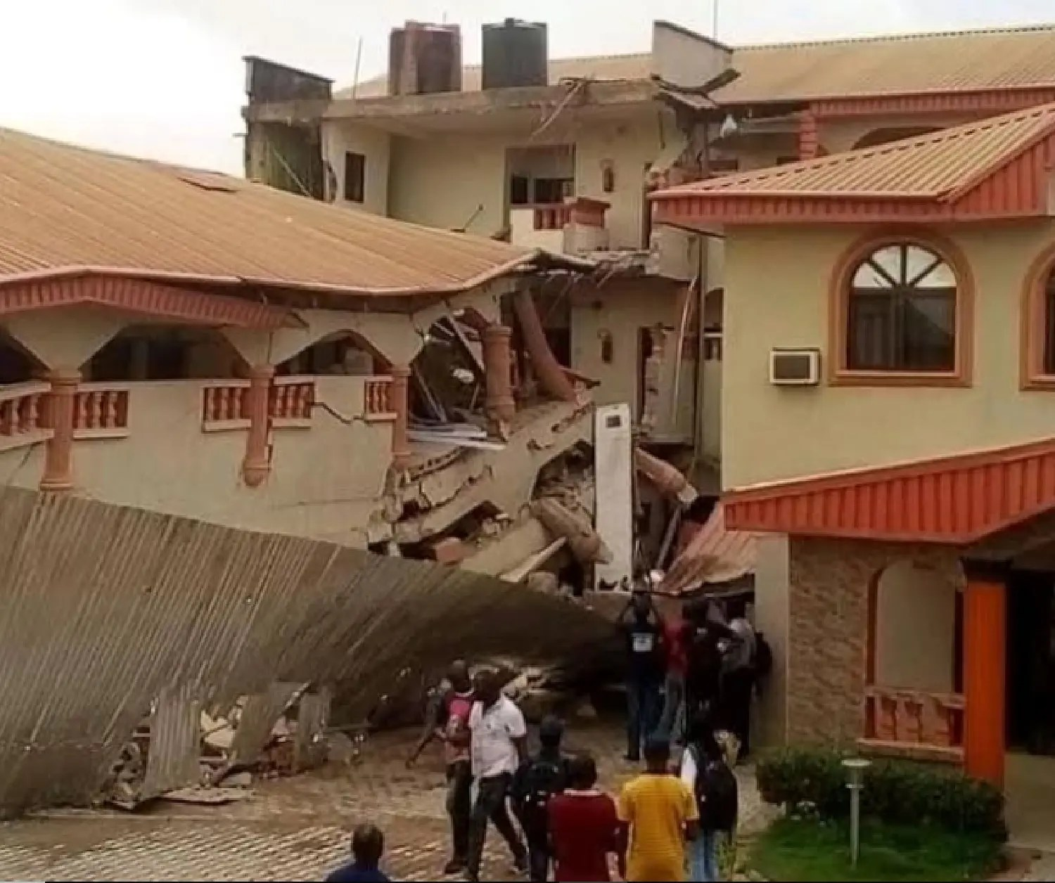 BREAKING: Fear grips Ebonyi residents as hotel collapses in Abakaliki (PHOTOS) - Vanguard