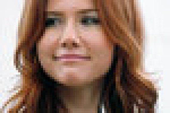 """Анна Чапман арестована летом 2010 г. в США за нелегальную работу на российскую разведку. Она признала себя виновной, затем в Вене была обменяна на двоих россиян, отбывавших срок за шпионаж. Тем же летом Владимир Путин после встречи с высланными разведчиками обещал, что теперь «у них будет интересная и яркая жизнь». Сейчас Чапман разрабатывает собственную линию одежды, ведет передачу на """"Рен-ТВ"""" и занимается благотворительностью. В 2010–2015 гг. она входила в состав директоров «Фондсервисбанка», специализирующегося на обслуживании предприятий ОПК. В 2010 г. вошла в общественный совет «Молодой гвардии», сейчас в списке совета Чапман не значится"""