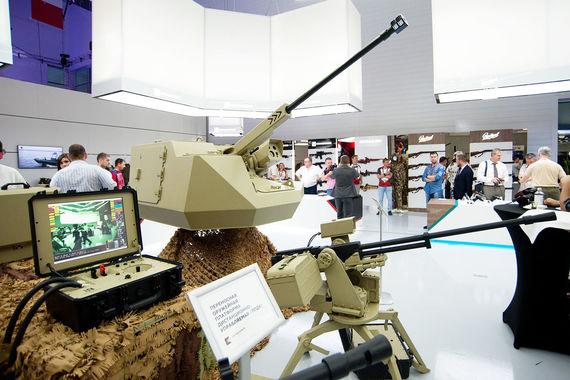 Переносная дистанционно управляемая оружейная платформа на первом плане и дистанционно управляемый корабельный модуль с пушкой калибром 30 мм на втором плане