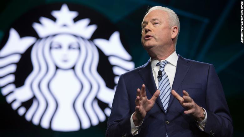 CEO Starbucks bị phản đối vì nhận thưởng quá nhiều tiền - Ảnh 1.