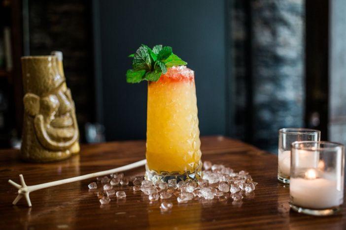 Ein farbenfrohes Getränk im Tiki-Stil von Pacific Cocktail Haven