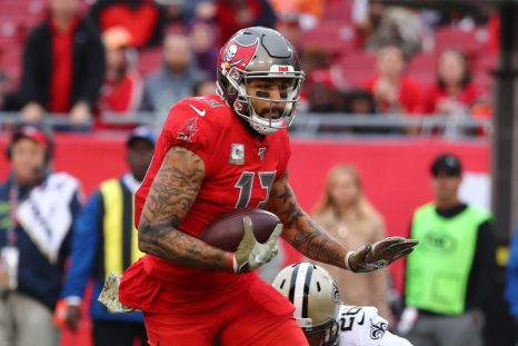 Mike Evans injury: Bucs WR goes down in end zone after long touchdown, ruled OUT for rest of Week 14 - DraftKings Nation