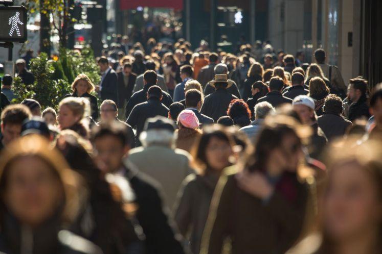اكتب مقال قصير باللغة الانجليزية تقوم فيه بتوعية مجتمعك المحيط بك عن الآثار السلبية للزيادة السكانية.