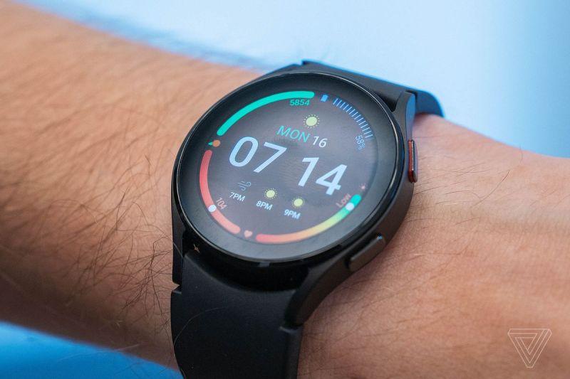 Il normale Galaxy Watch 4 ha una lunetta sensibile al tocco, che è poco pratica.