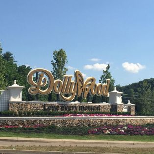 How Dolly Parton's Childhood Home Became the Dollywood Empire - Curbed