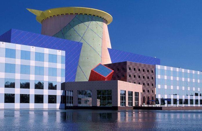 Орландо штаб-квартира Disney, здание с ярким и красочным фасадом