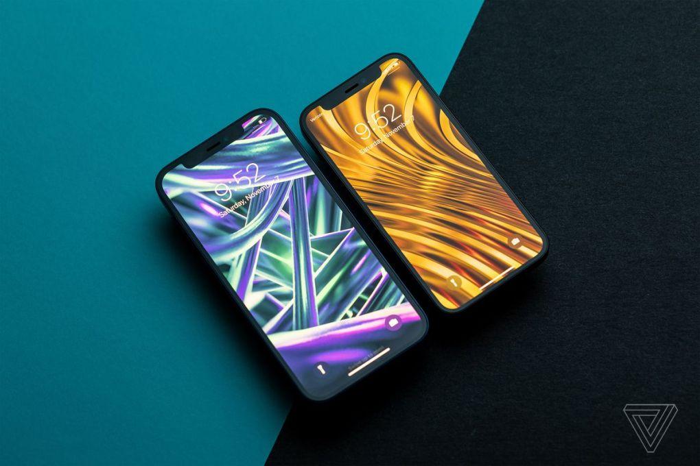 IPhone 12 (trái) và iPhone 12 mini (phải).  Màn hình mini chỉ mất một vài dòng văn bản so với màn hình lớn hơn, nhưng cảm giác ít đắm chìm hơn.