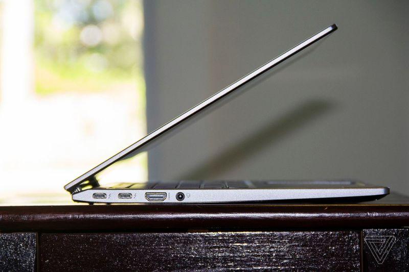 L'Acer Chromebook Spin 713 semiaperto visto dal lato sinistro.