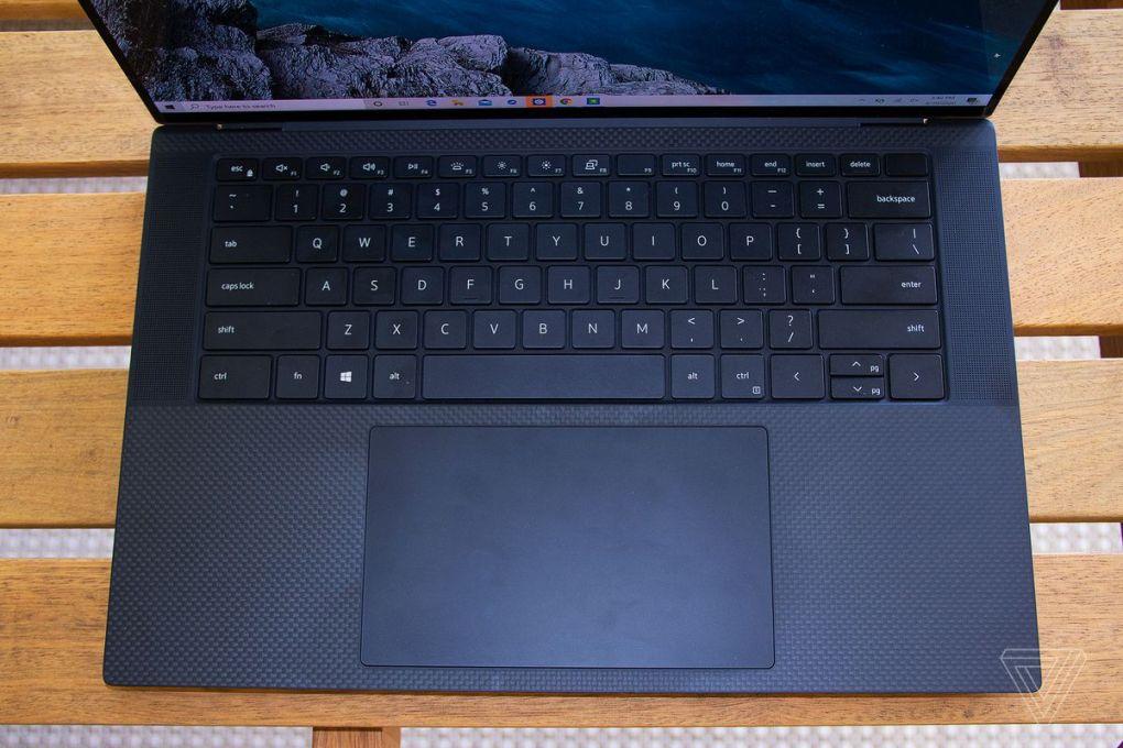 Góc nhìn từ trên xuống của bàn phím của máy tính xách tay Dell XPS 15.