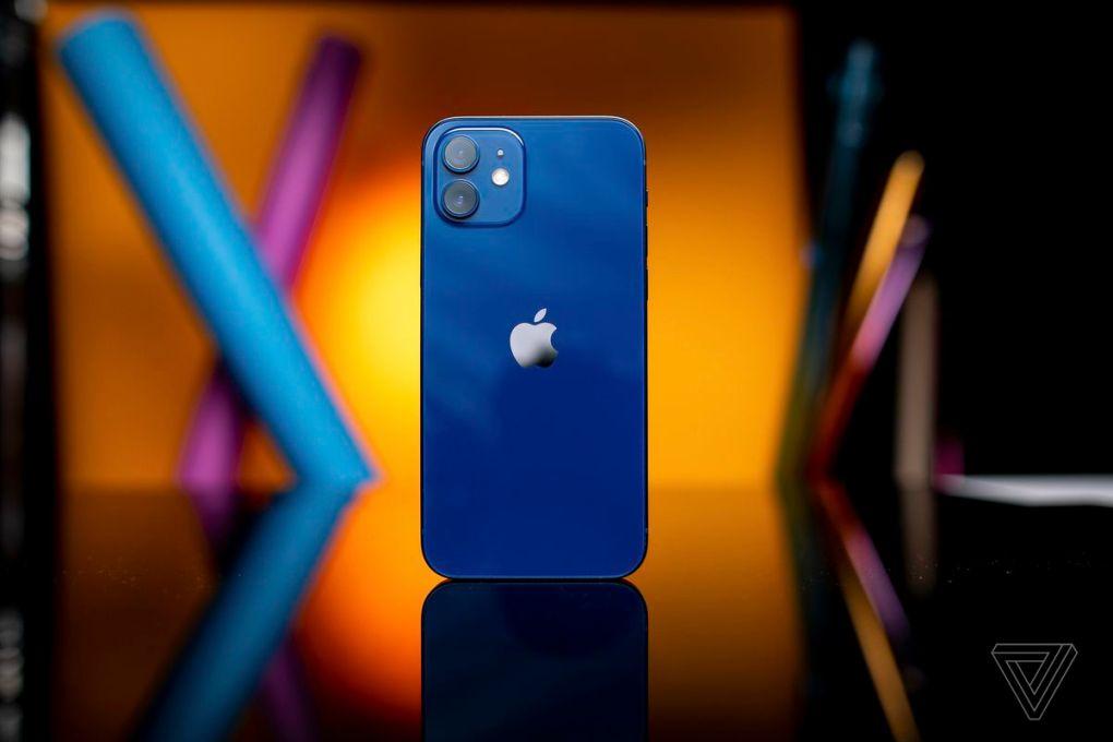 Mặt sau của iPhone 12 bóng loáng và nó dễ bám dấu vân tay và các vết xước nhỏ. Sử dụng một trường hợp.
