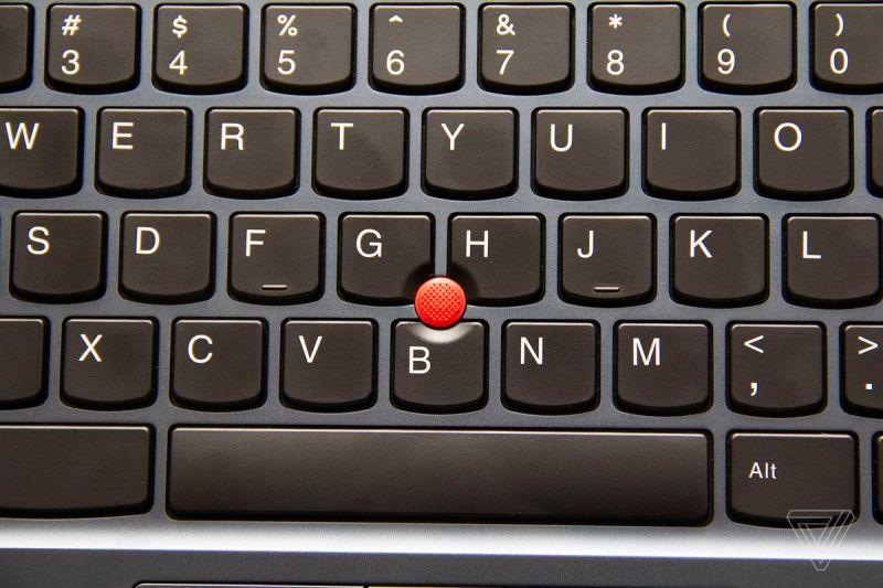 Il TrackPoint al centro della tastiera del Chromebook Lenovo ThinkPad C13 Yoga.