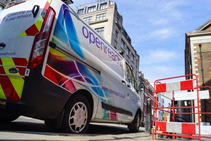 Uma van Openreach estacionou no centro de Londres. A Openreach, uma subsidiária da British Telecom, é a maior empresa de manutenção da infraestrutura física em nome dos ISPs, que vendem os serviços aos usuários.