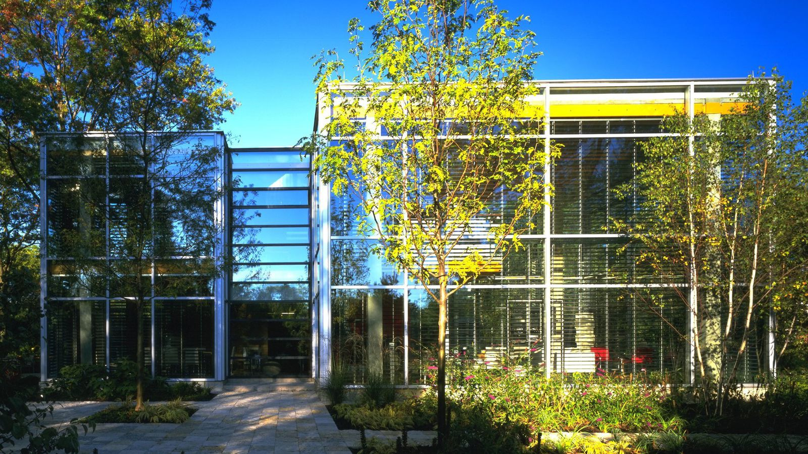 Chicago architect lists suburban glass house for 31M