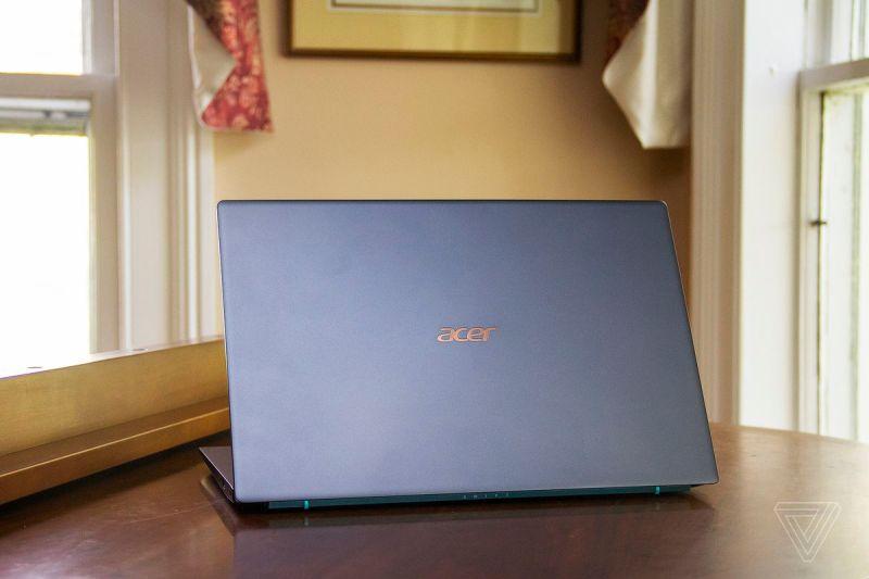 L'Acer Swift 3X su un pianoforte, aperto, rivolto lontano dalla fotocamera.