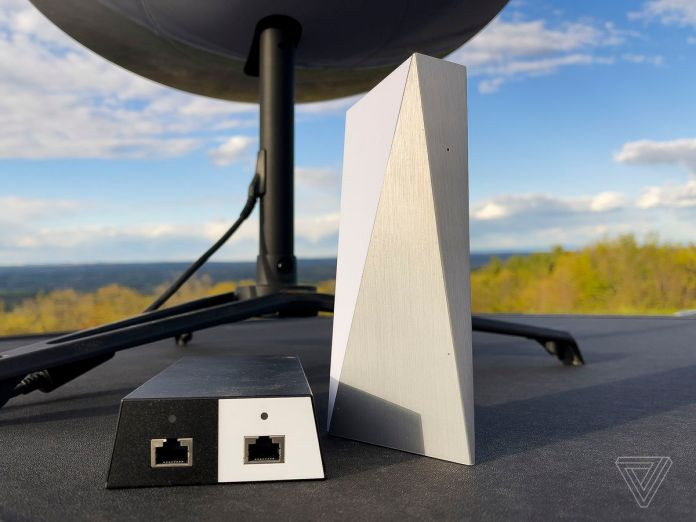 O adaptador de energia Starlink e o roteador Wi-Fi