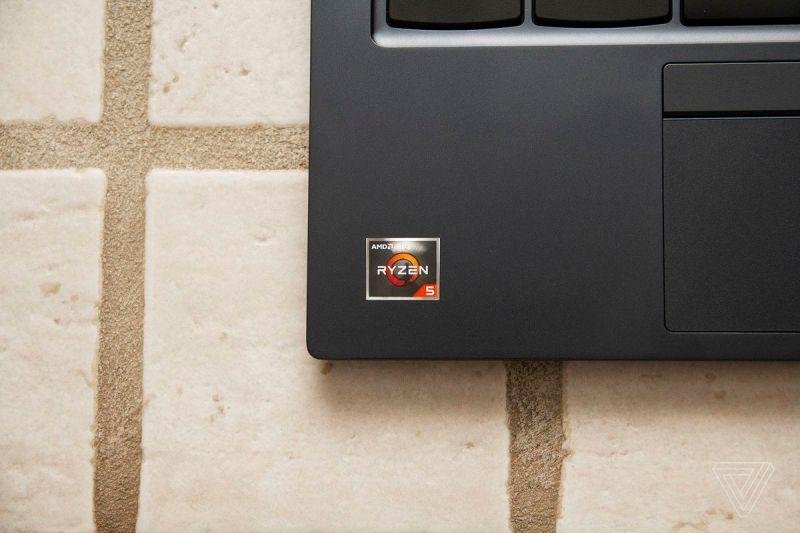 L'adesivo AMD Ryzen 5 nell'angolo in basso a sinistra del Chromebook ThinkPad C13 Yoga.