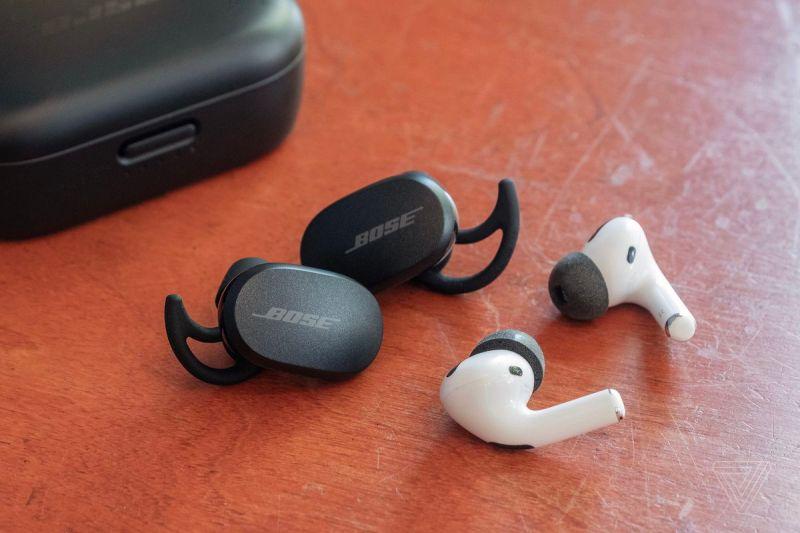Gli auricolari QuietComfort di Bose accanto ad Apple AirPods Pro.