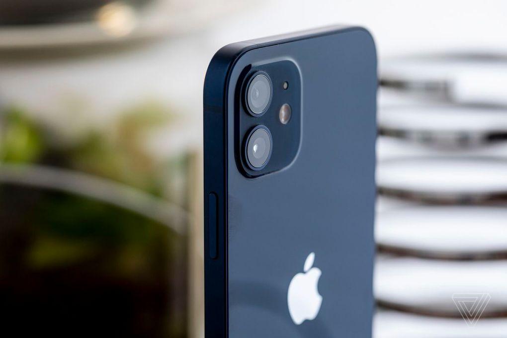 Hệ thống camera kép trên iPhone 12.