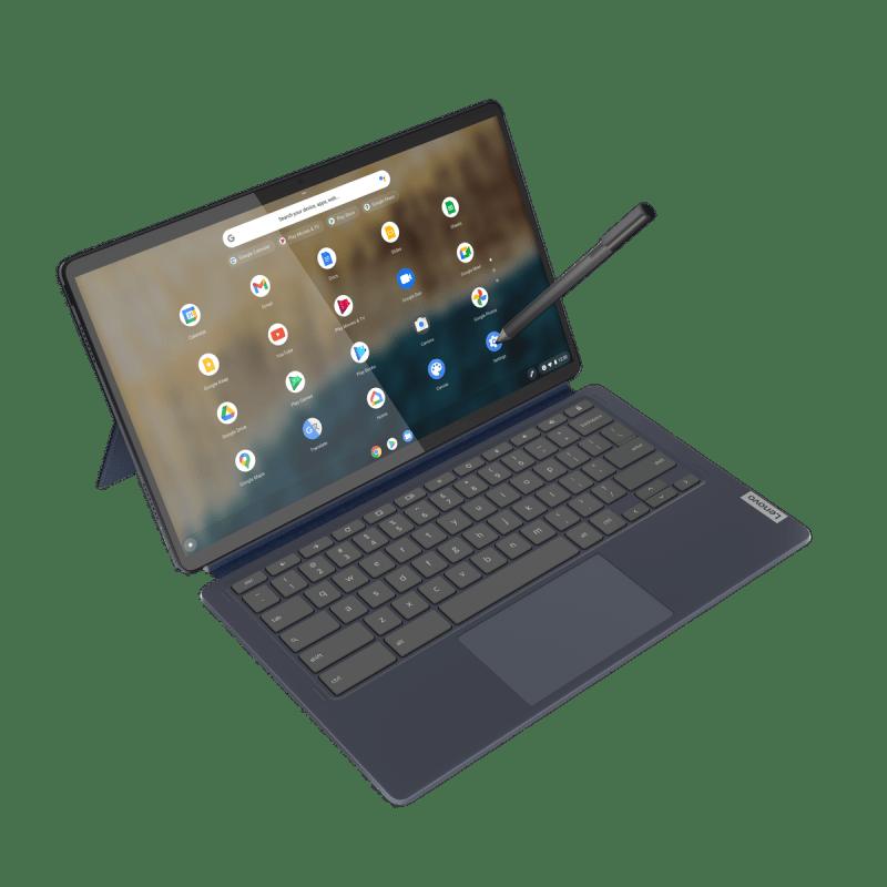 Il Lenovo Chromebook Duet in modalità laptop, visto dall'alto su uno sfondo bianco con lo stilo perpendicolare al lato destro del pannello.  Lo schermo mostra il programma di avvio di Chrome OS.