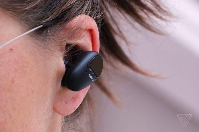 Z bliska zdjęcie słuchawek Sony SP-800N w czyimś uchu.