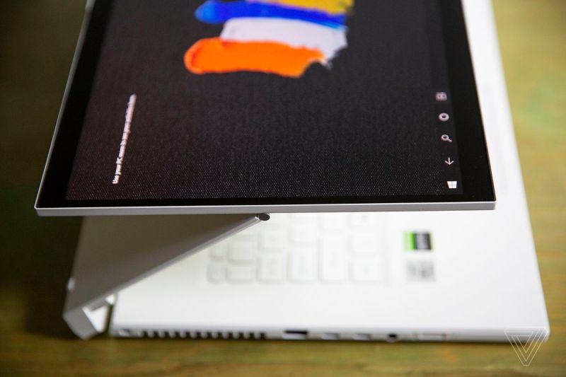 L'Acer ConceptD 7 Ezel in Float, visto dall'alto e da sinistra.  Lo schermo mostra diversi tratti di pennello su uno sfondo nero.