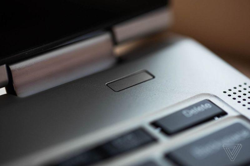 Il sensore di impronte digitali sul Lenovo ThinkPad X1 Titanium Yoga.