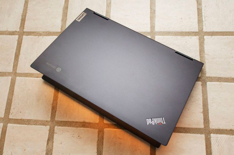 Chromebook Lenovo ThinkPad C13 Yoga visto dall'alto semiaperto.