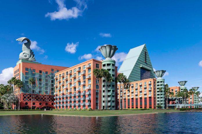 Отель Dolphin в Walt Disney World, здание с гигантской скульптурой дельфина на крыше
