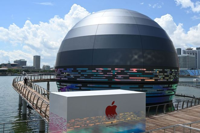 This giant glowing orb is the world's first floating Apple Store ...