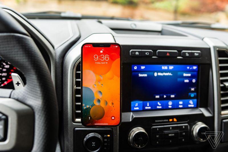 Il Belkin Car Vent Mount Pro con Magsafe in una Ford F-150 con un iPhone 12 Pro Max