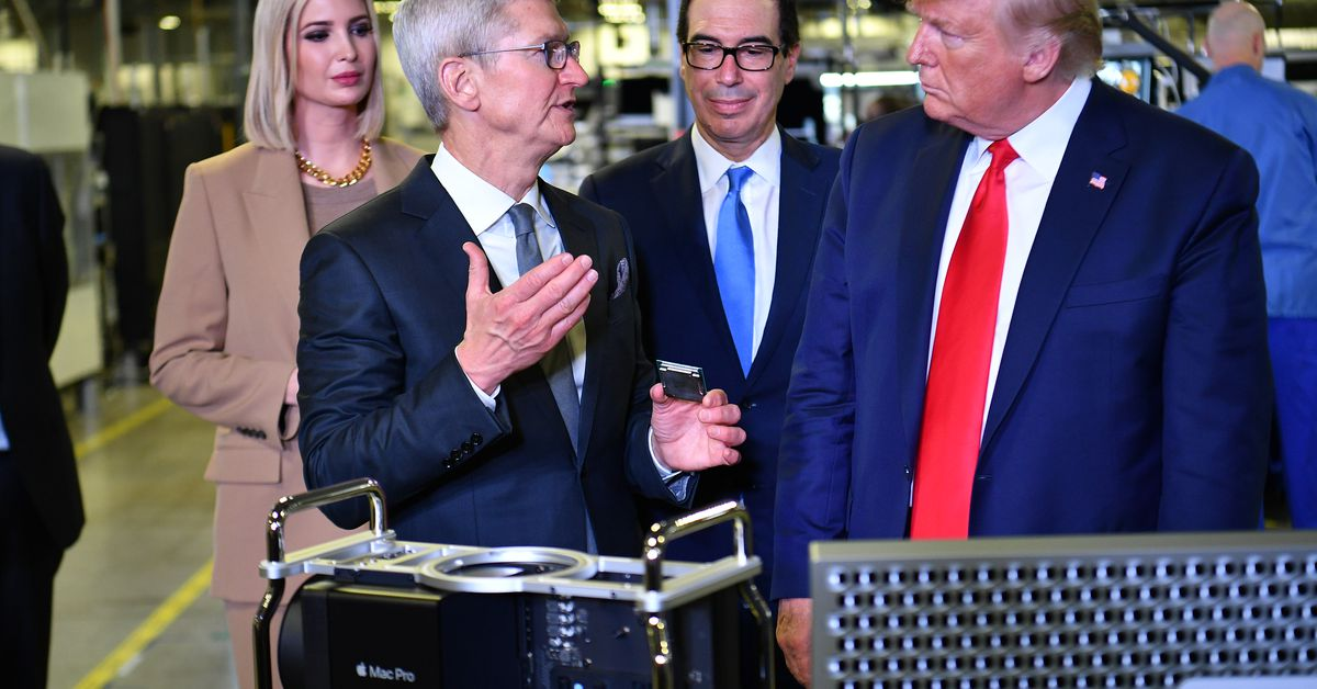 Tim Cook gave the first Mac Pro to Trump, apparently
