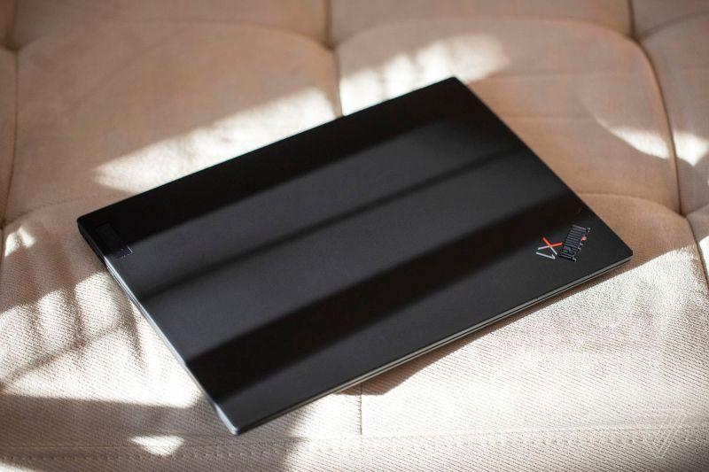 Il ThinkPad X1 Nano chiuso, visto dall'alto.