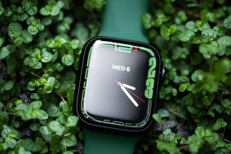 L'Apple Watch Series 7 in verde.