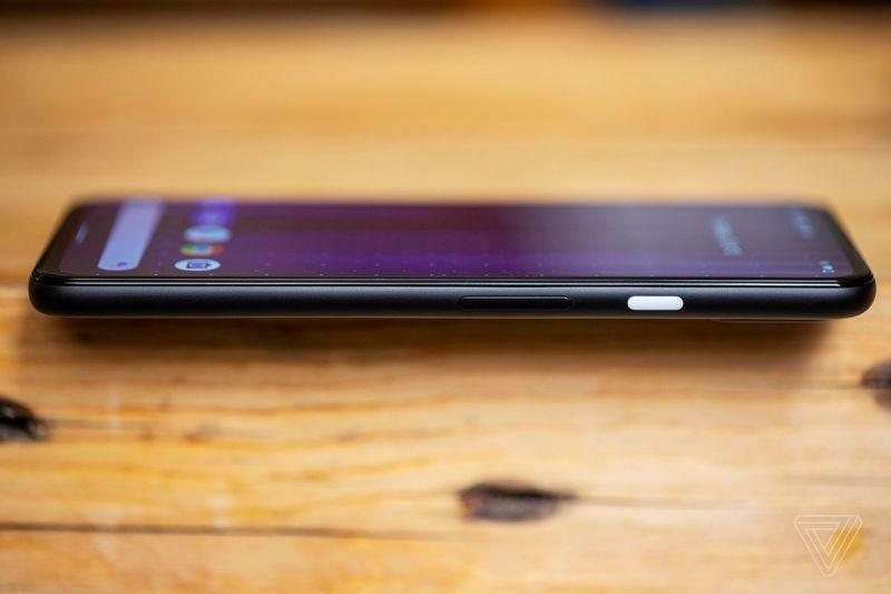 Il pulsante di accensione su Pixel 4A 5G è l'unica parte giocosa del design
