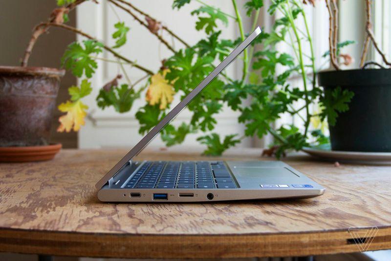 Il Chromebook Lenovo Ideapad Flex 3 dal lato sinistro, semiaperto su un tavolo davanti a due piante d'appartamento.