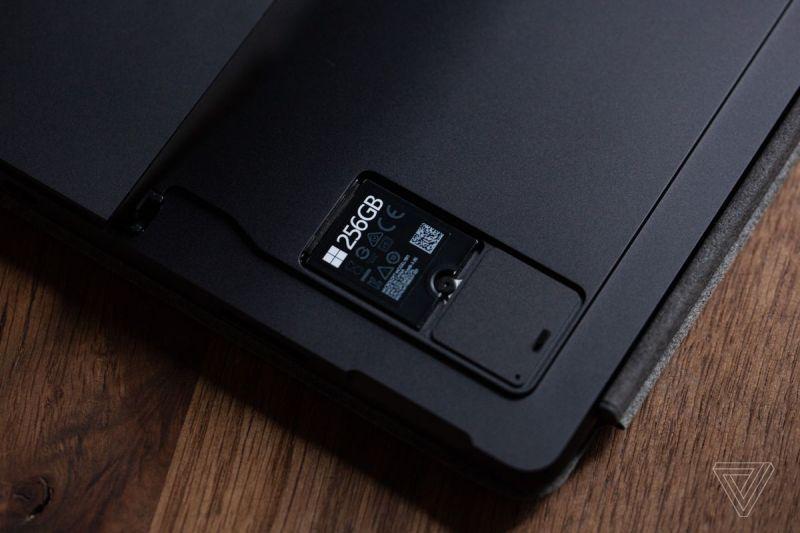 L'SSD rimovibile con il coperchio rimosso nella parte inferiore del Surface Pro 8.
