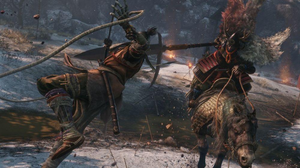 Sekiro combat un samouraï à cheval dans une capture d'écran de Sekiro: Shadows Die Twice.