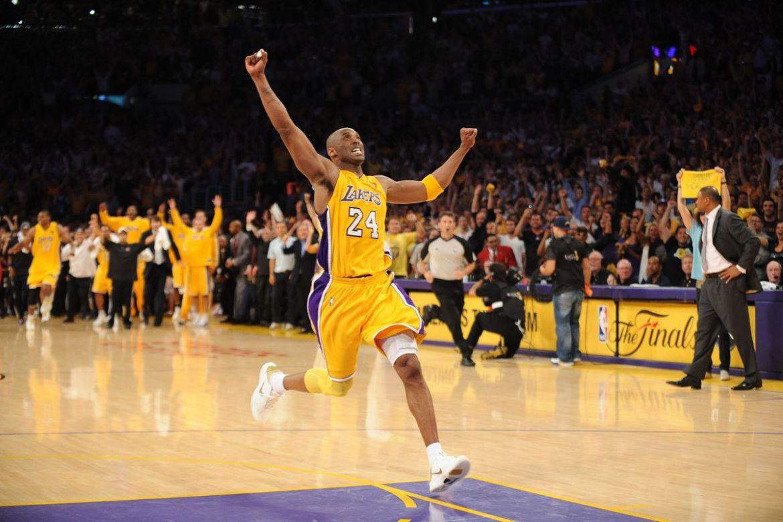 Kobe Bryant celebra el anillo ganado en 2010 en un séptimo | Noah Graham/NBAE via Getty Images