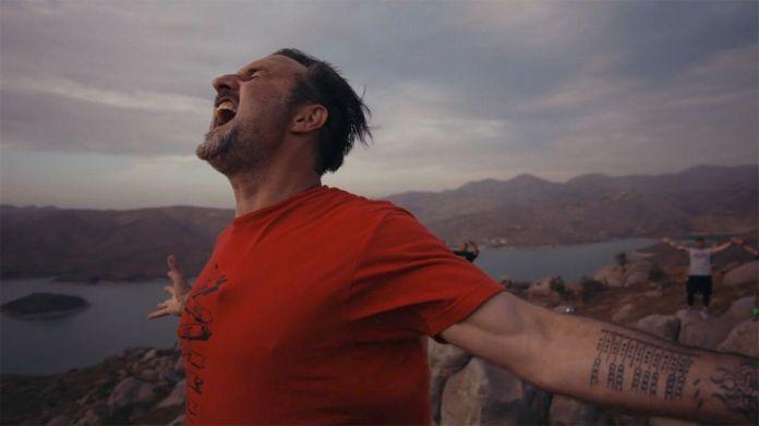 david arquette yelling into the sky