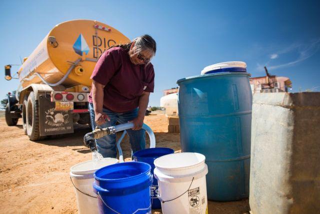 """أصبحت دارلين أرفيسو تعرف باسم """"سيدة الماء"""". تقوم بتوصيل المياه بالشاحنات إلى أكثر من 250 أسرة عبر منطقة نافاجو."""