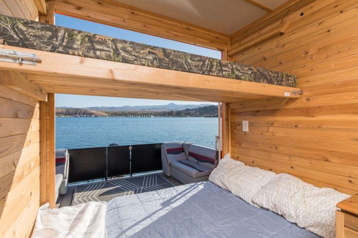 В распоряжении гостей также светло-голубое одеяло, белые подушки и двухъярусная кровать.