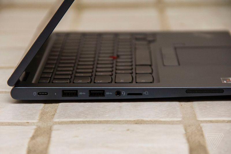 Il lato sinistro del Chromebook Lenovo ThinkPad C13 Yoga.